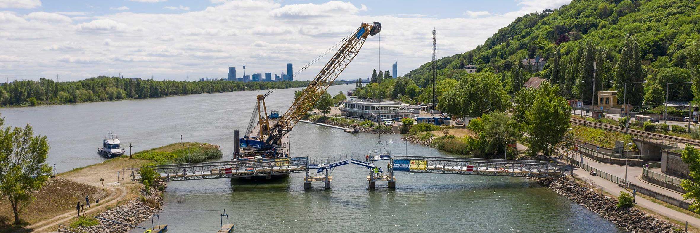 Kranschiff für Brückenbau im Einsatz Slider