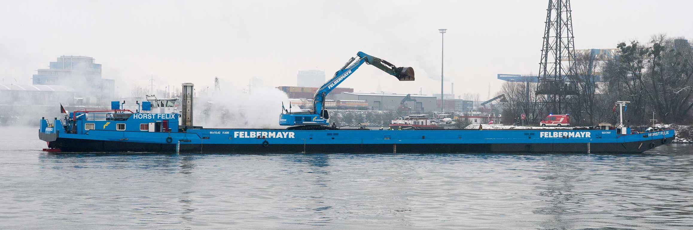 """Felbermayr-Schwerlastschiff """"Horst Felix"""" im Löscheinsatz Slider"""