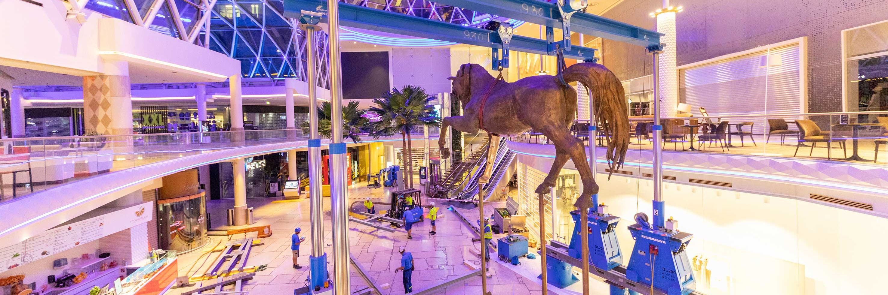 Úspěšná instalace 10tunového bronzového koně Slider