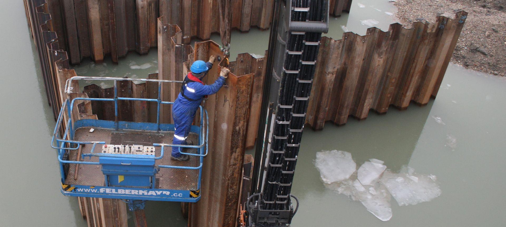 Rammtechnik für Hochwasserschutz im Einsatz Slider